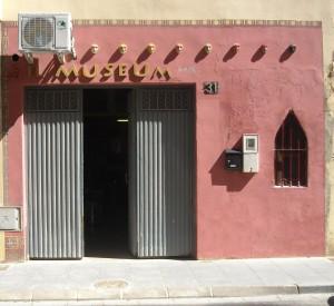 Fachada Esudio-Taller iL MUSEUm. Calle costa del Sol, 31. Zapillo-Playmar. 04007. Almeria